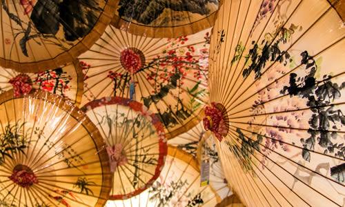 """桐香竹韵 (The artisan of traditional oilpaper umbrella) <span>Gagnant du Prix Futur[S] Autrement """"PATRIMOINE""""</span>"""