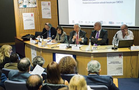 De gauche à droite : Richard Delmas (Président de SEMANTIS) ; Annick Allaigre (Présidente Université Paris 8); Daniel Janicot (Président de la Commission Nationale française pour l'UNESCO)Bertrand Cabedoche (Directeur Chaire UNESCO Université Grenoble-Alpes), Michel Wieviorka (Président de la FMSH)